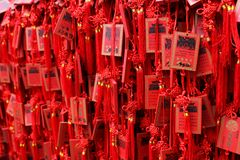Rode Boeddhistische gebedtabletten Stock Afbeelding