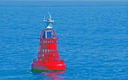 Rode boei die in het water van het Wadden Overzees drijven Stock Fotografie