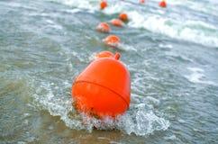 Rode boeien die op water drijven Royalty-vrije Stock Fotografie