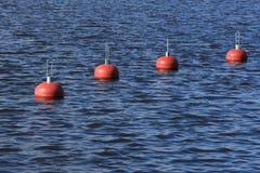 Rode boeien op het water stock fotografie