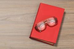 Rode boek en glazen royalty-vrije stock foto
