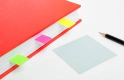 Rode boek en nota Stock Afbeeldingen
