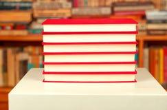 Rode boeken op een witte lijst Royalty-vrije Stock Fotografie