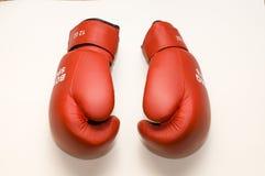 Rode bokshandschoenen royalty-vrije stock afbeeldingen