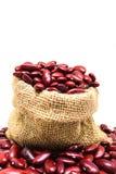 Rode boon of rode nierboon in hennepzak die op witte backg wordt geïsoleerd Stock Foto's