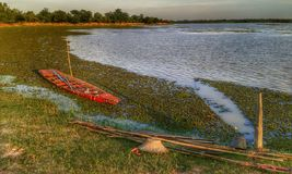 Rode boot de zonsondergang Stock Fotografie