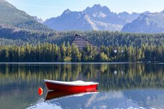 Rode boot op bergmeer royalty-vrije stock foto