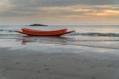 Rode boot op het strand Royalty-vrije Stock Foto