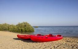 Rode boot op het strand Royalty-vrije Stock Foto's