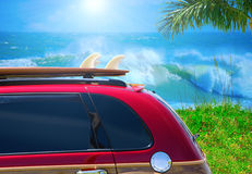 Rode bosrijke auto met surfplank bij strandw grote golven Stock Fotografie