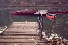 Rode boten bij een meer Stock Foto