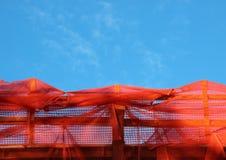 Rode Bouwbarrière en Lege Blauwe Hemel Stock Afbeeldingen
