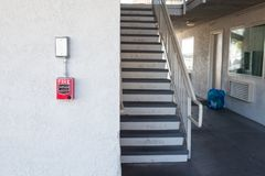 Rode brandalarmschakelaar bij cementmuur royalty-vrije stock foto