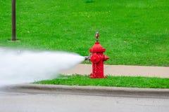 Rode brandkraan die worden gespoeld royalty-vrije stock fotografie