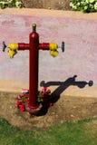 Rode brandkraan met gele schakelaars Brandkraan of brand de pomp, vertegenwoordigt het punt van verbinding, waardoor brandbestrij stock foto's