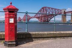Rode Brievenbus en vooruit Brug over Firth van vooruit, Queensferry-Sc stock foto's