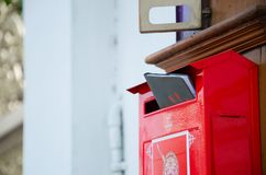 Rode brievenbus met boek stock afbeeldingen