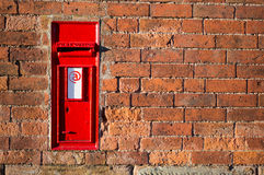 Rode Britse brievenbus met e-mailteken op het Royalty-vrije Stock Afbeeldingen