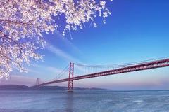 Rode brug bij de lentezonsondergang, Lissabon, Portugal Stock Foto's