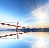 Rode brug bij de zonsondergang Abstract bedrijfsconcept Stock Foto