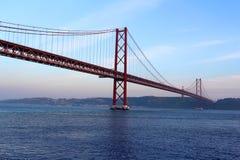 Rode brug bij de zonsondergang, Lissabon, Portugal Stock Fotografie