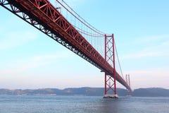 Rode brug bij zonsondergang, Lissabon, Portugal Stock Fotografie