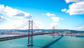 Rode brug (25 DE Abril Bridge en het standbeeld van Cristo Rei) Stock Foto's