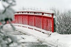 Rode brug in de sneeuw Stock Fotografie
