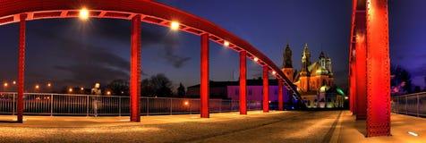 Rode brug en kathedraal in de nacht Stock Foto's