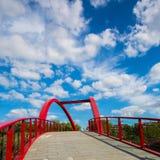 Rode brug in Groenland naast Gubei-Road Brug in Shanghai stock foto's