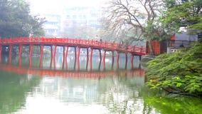 Rode Brug in het Meer van Hoan Kiem, Ha Noi, Vietnam stock video