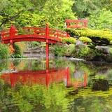 Rode brug in Japanse tuin Royalty-vrije Stock Foto's