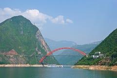 Rode brug over Yangtze-Rivier in Chongqing, China stock foto's