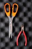 Rode buigtang en oranje schaar op spons Royalty-vrije Stock Foto's