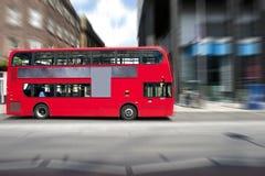 Rode bus royalty-vrije stock afbeeldingen