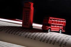 Rode bus en een telefooncel stock afbeelding