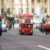 Rode bus op Trafalgar vierkant Londen Stock Fotografie