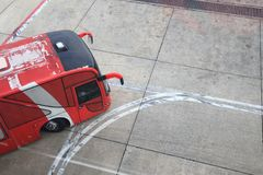 Rode bussen die binnen de luchthaven reizen royalty-vrije stock fotografie