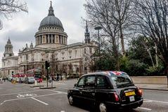 Rode bussen en auto's voor Heilige Pauls Cathedral in Londen Stock Afbeelding