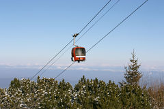 Rode cabinelift in de bergen Stock Foto's
