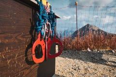 Rode carabines bij gekrast bij bergachtergrond het beklimmen van het materiaal van het veiligheidssysteem royalty-vrije stock foto's