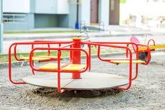 Rode carrousel op de speelplaats in de stad Het concept kinderjaren, ouderschap, spelen Royalty-vrije Stock Foto