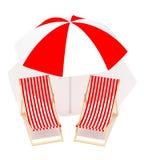 Rode chaises longue en paraplu Royalty-vrije Stock Afbeelding