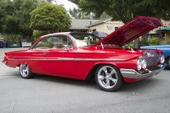Rode Chevrolet-Impalacoupé 1961 Stock Afbeeldingen