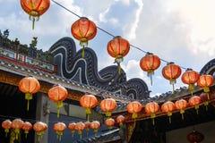 Rode Chinese document lantaarns die op de achtergrond van blauwe hemel met wolken hangen royalty-vrije stock foto