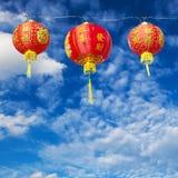 Rode Chinese Document Lantaarns tegen Stock Foto's