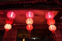 Rode Chinese lampen in blokhuis Stock Afbeeldingen