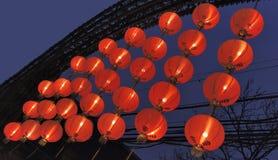 Rode Chinese Lantaarns op een rij stock foto