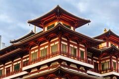 Rode Chinese tempel - van het de Tandoverblijfsel van Boedha de Tempel en het Museum in Singapore Stock Foto's