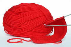 Rode clew van het naaien en breinaalden royalty-vrije stock afbeelding